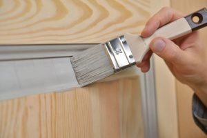 Окраска деревянной филенчатой двери